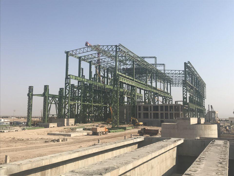 Estructura metálica y cimentaciones en construcción de una planta de acería